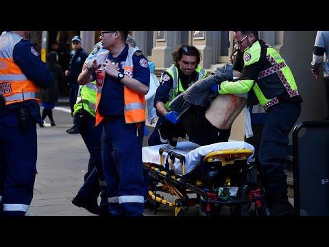 شاهد لحظة اعتقال مسلح طعن امرأة وطارد المارة وسط سيدني وهو يصرخ -الله أكبر- -اقتلوني- …  - 09:53-2019 / 8 / 13