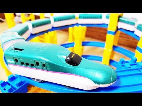 プラレール 新幹線 シンカリオン E5系はやぶさに中間車両をたくさん連結! 踏切や橋上駅を通過! タワーでじこはおこるさ E7とE3がリンク合体! hifumitoy
