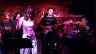 各国からメンバーが集まり、大阪でのライブ! The Jack In The Box At Storage Sound Bar 5曲目はいつかきっと.
