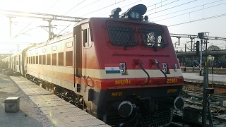 Link changed from diesel to electric- BSL WAP4 hauled 15030 Pune-Gorakhpur express departing LKO