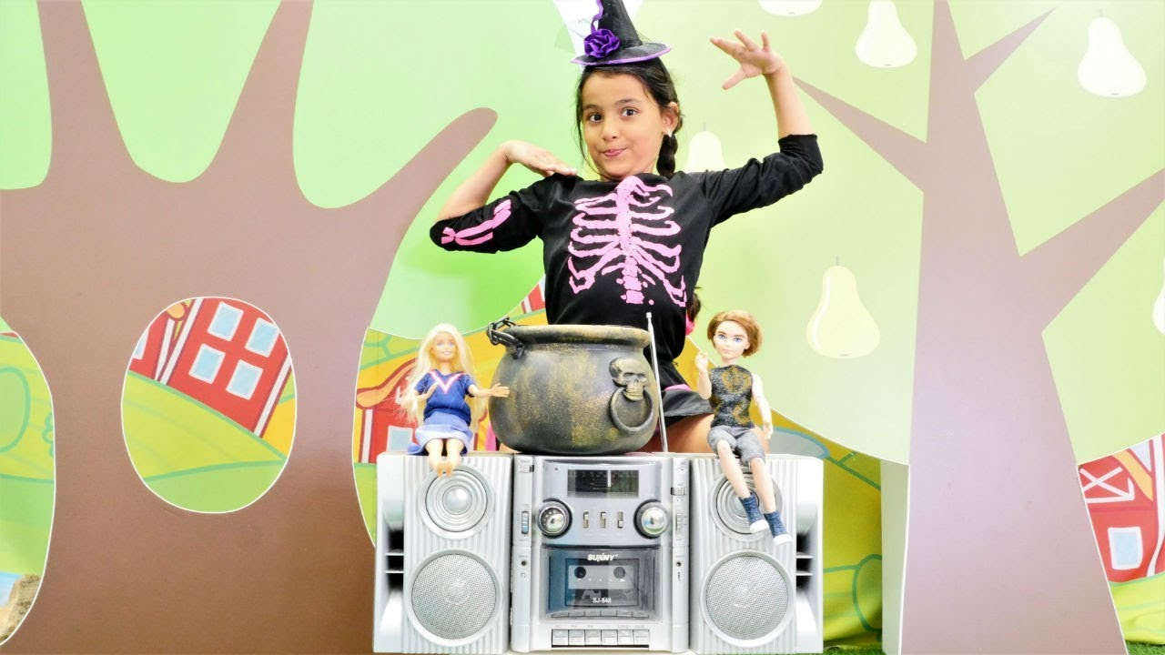 Sihir videosu. Cadı Emily dans ediyor. Kız oyunu