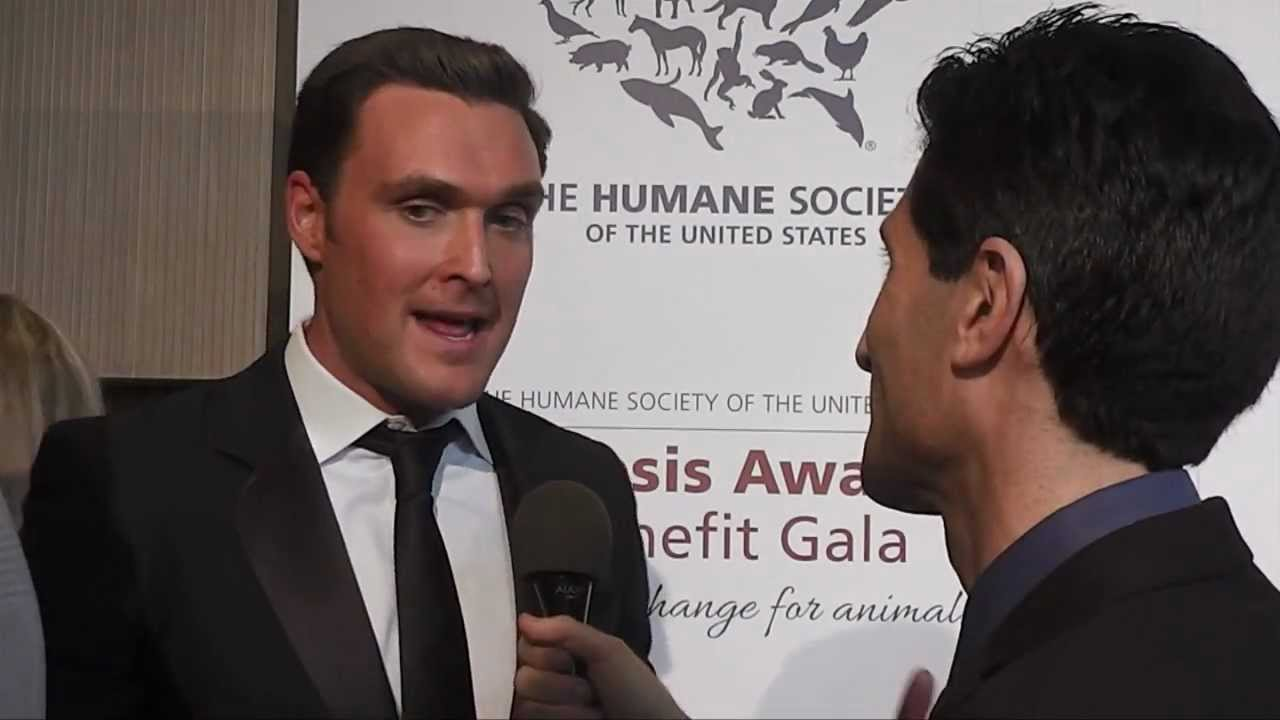Owain Yeoman (The Mentalist) Interviewed at 2013 Genesis Awards by  HappyCow's Ken Spector