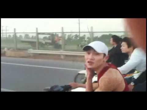 Xe máy dàn hàng  bốc đầu trên đại lộ Thăng Long   Xe may dan hang  boc dau tren dai lo Thang Long