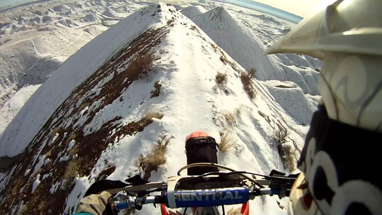 Verrückter erklimmt Gipfel mit dem Motorrad