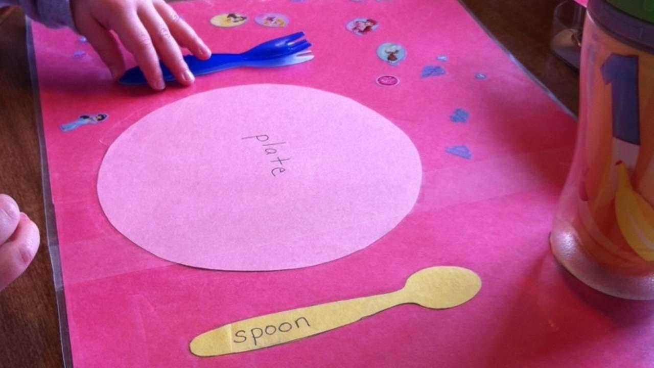 Tovagliette Americane Bimbi.Crea Una Tovaglietta Apparecchiata Per Bambini Fai Da Te Casa Guidecentral