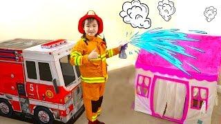 Jannie Giả Vờ Chơi Cứu Hộ Với Xe Cứu Hỏa Đồ Chơi