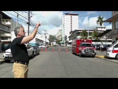 El embajador John Feeley sale a la calles a buscar trabajo