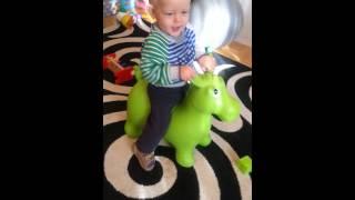 Первые попытки прыгать на лошадке
