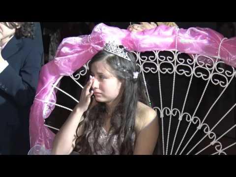 Madre canta a Quinceañera y hace llorar a todos