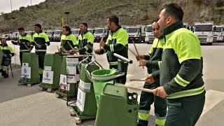 Оркестр турецких мусорщиков играет на мусорных бачках