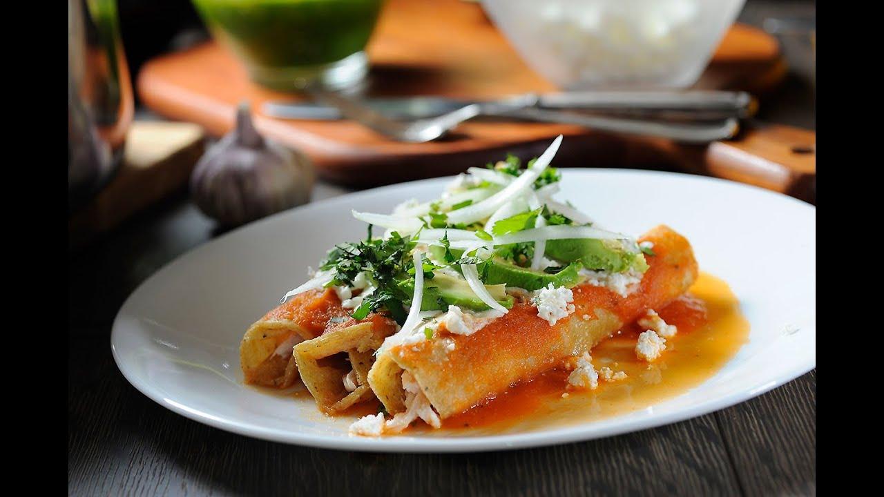 Entomatadas de pollo  Receta fcil de comida mexicana