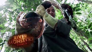 Holding an Electric Eel with Bare Hands - River Monsters