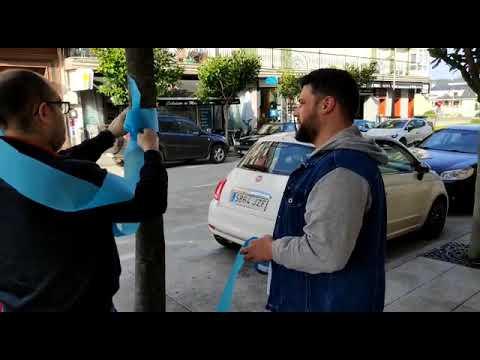 Traballadores de Alcoa colocan lazos 'azul eléctrico' en Xove