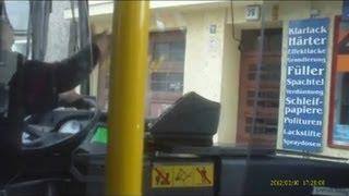 BVG-Bus steht quer auf Kreuzung und kann nicht zurück (10.03.2012)