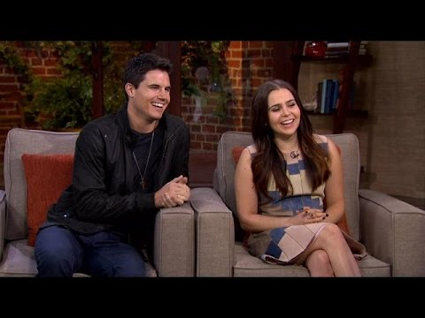 Mae Whitman & Robbie Amell Describe What It's Like Being 'The Duff'
