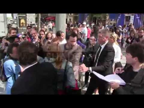 Keanu Reeves a bit too much overwhelmed by the crowd in Paris