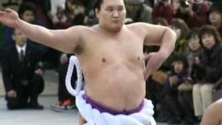 Чемпион сумо исполняет новогодние ритуалы в Токио