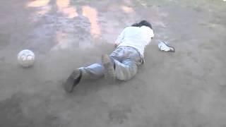 borracho jugando al fútbol