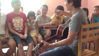 Làm quen với guitar trong buổi học đầu.