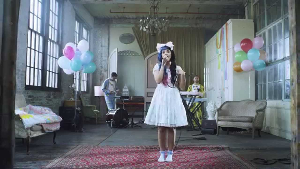Скачать песню Melanie Martinez — Dollhouse бесплатно