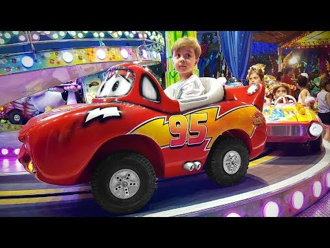 RELAMPAGO MARQUINHOS NO LIGHTNING MCQUEEN DO PARQUE DE DIVERSÕES!! Cars 3 LightningMcqueen Toy Park