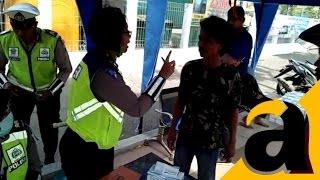 Video Lucu! Tak Terima Anaknya Ditilang, Bapak Ini Ngamuk Unjuk Foto Bareng Kapolda Jatim dan Ketua MPR download MP3, 3GP, MP4, WEBM, AVI, FLV Agustus 2018