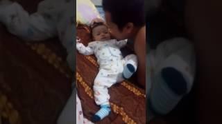 Download Video Bayi lucu di cium ma ayah nya marah(1) MP3 3GP MP4