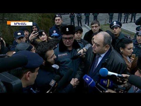 Մանվել Գրիգորյանի պաշտպանն ու ցուցարարները հաշտվել են և միմյանց ձեռք սեղմել