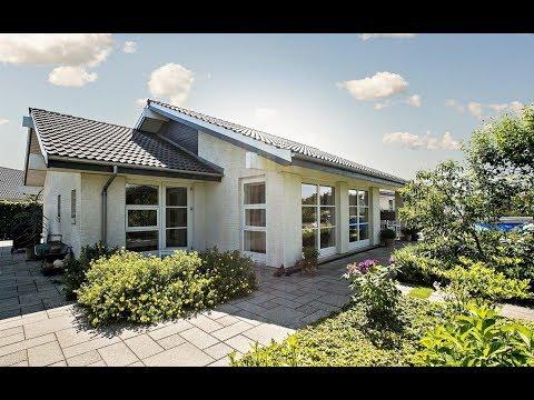 69599c6df20 Lys og velholdt Lind & Risør villa med dejlig, ugeneret have og skøn  beliggenhed | Henrik Ejby