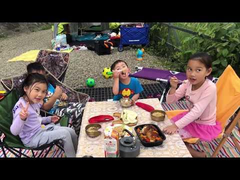 我們第一次露營的午餐是意大利麵 還有烤雞 還有水果 yummy媽媽正在整理帳蓬 我們在新竹的相思園露營區 親子樂園玩具開箱