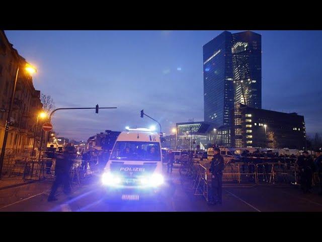Schock über Krawalle in Frankfurt - 5 Polizisten durch Flaschenwürfe verletzt - euronews (deutsch)