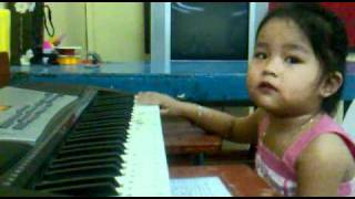 My 2-year old niece playing the piano. Wala kayo! Mana-mana lang