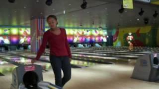 Mari and Naomi enjoys bowling まりとなおみのボーリング