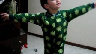 Thiago dançando tema abertura de Caminho das Índias