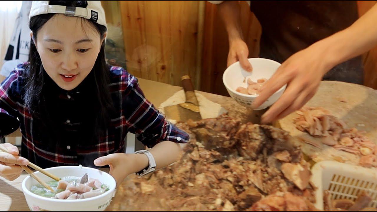 高原人的早餐,凌晨4点喝牛杂汤,花30元选5种肉,大饼一泡吃着香