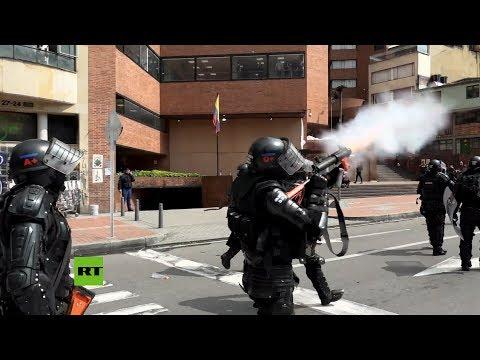 Gas Lacrimógeno Para Dispersar Protestas Contra El Gobierno De Colombia