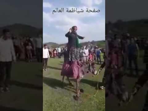 إمرأة ترقص بطريقة مضحكة على حمار مضحك جدا
