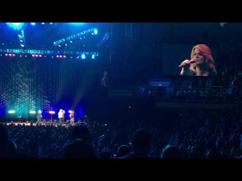 Garth Brooks and Trisha Yearwood serenade newlyweds in Hawaii