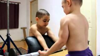 Repeat youtube video El niño más fuerte del mundo, Haciendo Rutina de ejercicios en casa