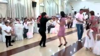 Парень танцует. Просто отпадный танец!
