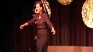 La Signora tanzt und singt als wär