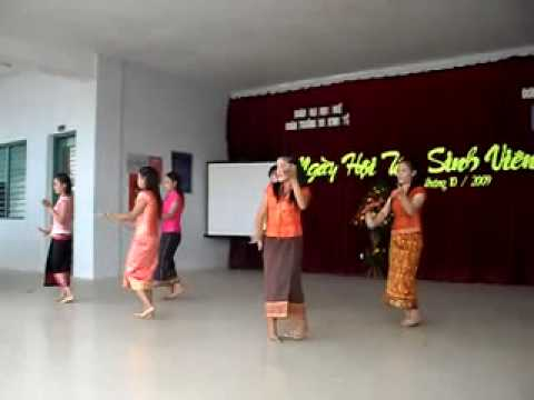 Lao students in Hue-dance lam vong salavan