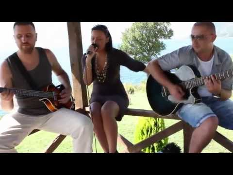 A Girl Between Maniacs - MAN DOWN (Rihanna) - Unplugged