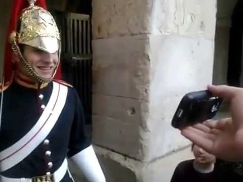 Guy makes a guard at buckingham palace laugh - YouTube