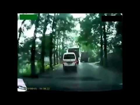 Crazy Truck Crashes/TRUCK Accidents on the road Compilation 2013
