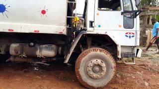 Caminhão do lixo atolado em Ferraz de Vasconcelos