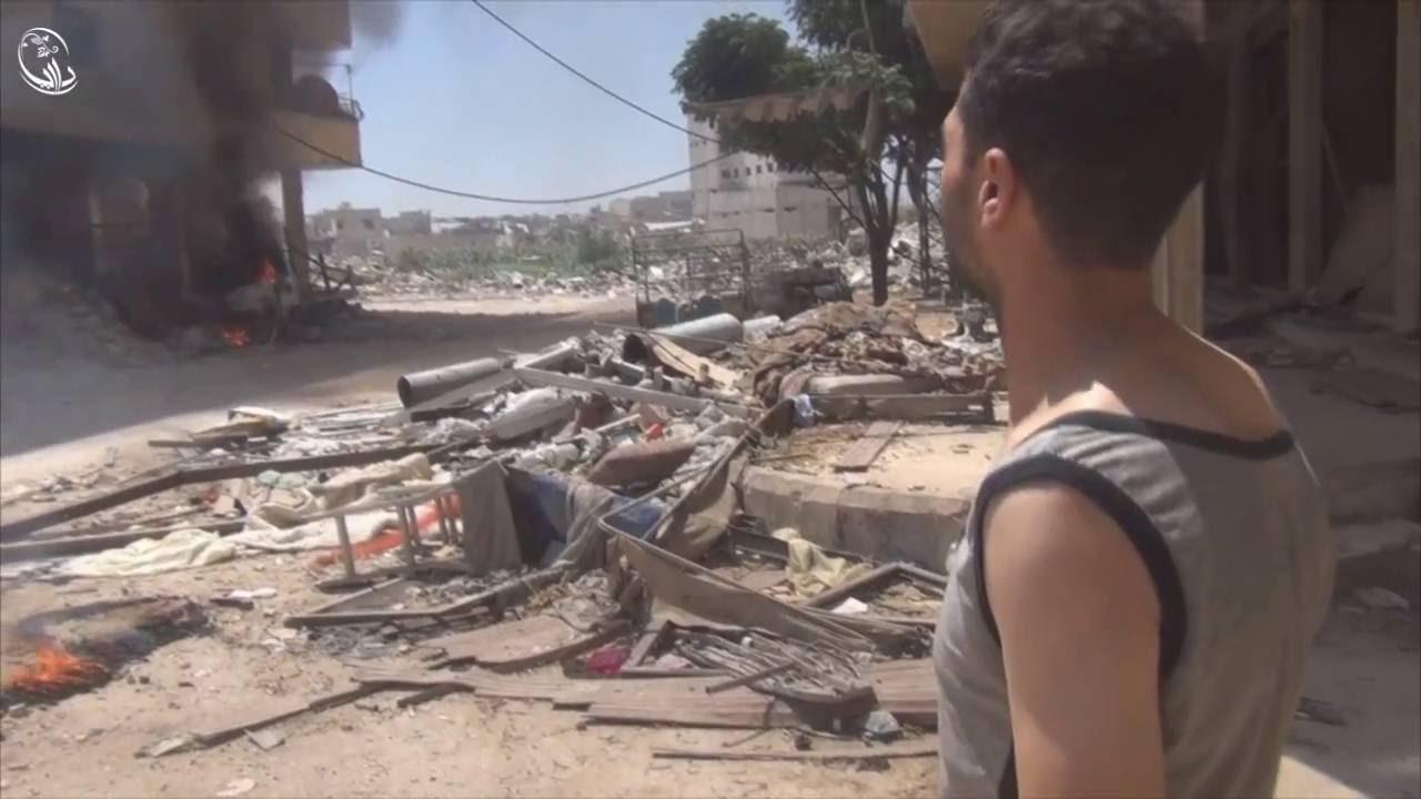 سقوط برميل نابالم حارق بالقرب من المصور ومحاولة الأهالي أطفاء الحرائق 13/8/2016