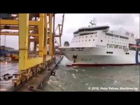 Un ferry se incendia tras chocar contra una grúa en el Puerto de Barcelona