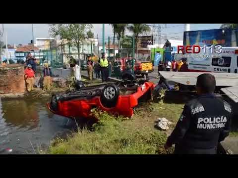 VIDEO Camioneta cae a lago artificial cerca del Boulevard Juan Pablo II en Morelia
