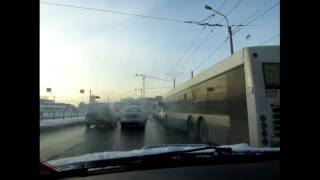 видео Как выполнять маневр поворота на скользкой дороге